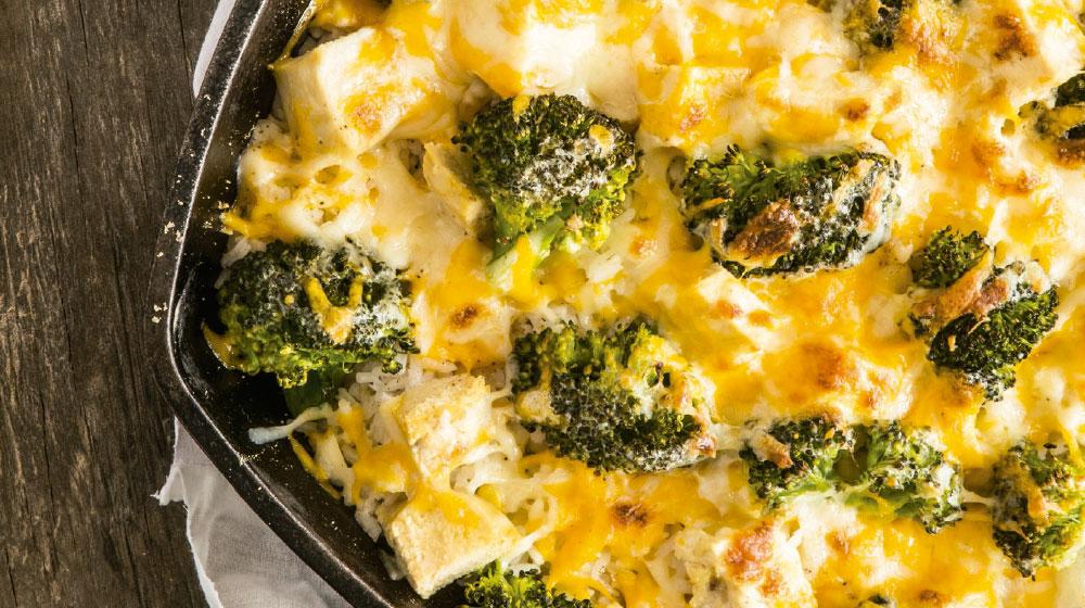 Papas al horno con brócoli, queso cheddar y pollo